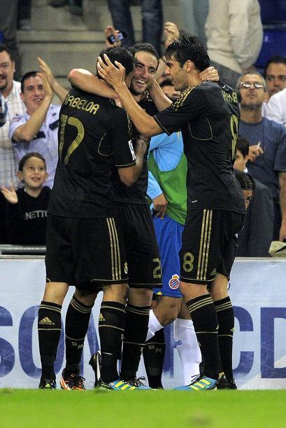 El 'Pipita' recibía la felicitación de sus compañeros.