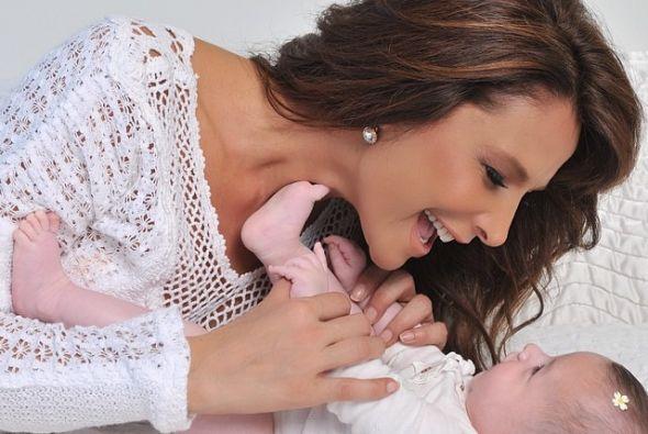 Lorena Rojas es mamá adoptiva de una hermosa bebé.