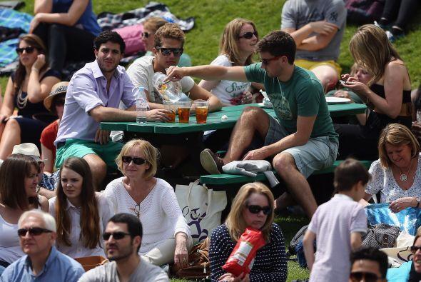 La gente se relajaba y esperaba para ver el mejor tenis del mundo.