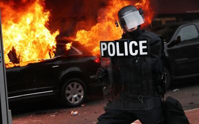 Una limusina fue incendiada durante una protesta que terminó en v...