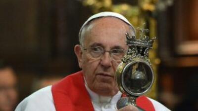 El Papa Francisco muestra a los fieles el relicario que contiene sangre...