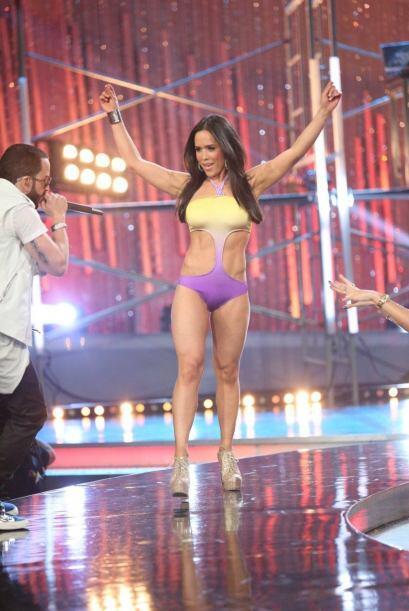 Las chicas le bailaron un poco al cantante.