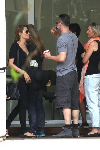 Otro paseo muy bello para los Jolie-Pitt. Mira aquí los videos m&...