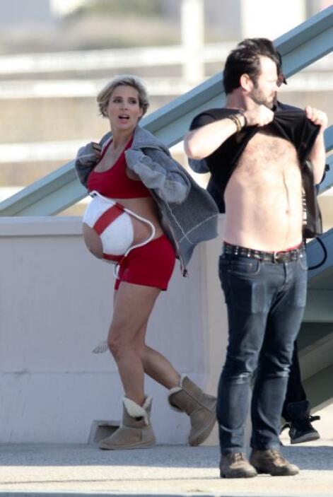 Su guapo y famoso esposo, Chris Hemsworth, no la acompañó.  Mira aquí lo...