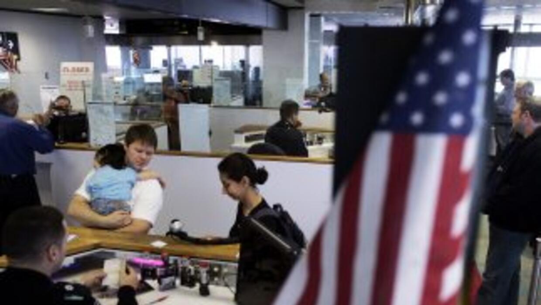 Miles de extranjeros llegan a Estados Unidos beneficiados con las visas...