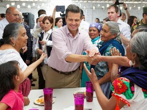 El presidente de México, Enrique Peña Nieto, saluda a indígenas Purépech...