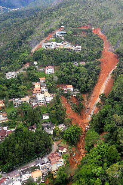 La mayoría de las muertes se debió al deslizamiento de tierra, que arras...