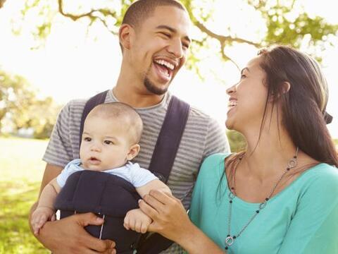 Cargar a tu pequeño hijo en una mochila para bebé es la ma...