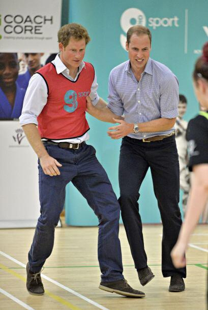 William y Harry dejaron atrás por un momento la formalidad para e...