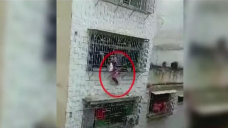 Pánico en China por una niña que estuvo a punto de caer al vacío desde u...