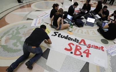 ¿Cómo afecta a los estudiantes indocumentados la implementación de la le...