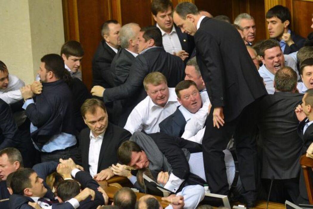 Poco antes, la sesión inaugural de la Rada se inició con la formación de...