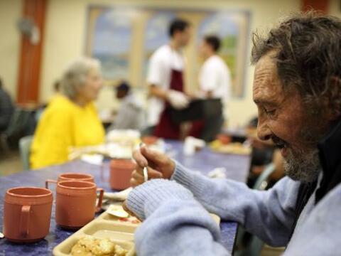 La diferencia de ingresos entre los estadounidenses más pobres y...