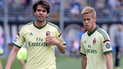 Kaká y Honda lucen decepcionados tras la derrota.