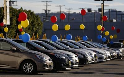 Parque de inventario de un concesionario Hyundai en Los Angeles, Califor...