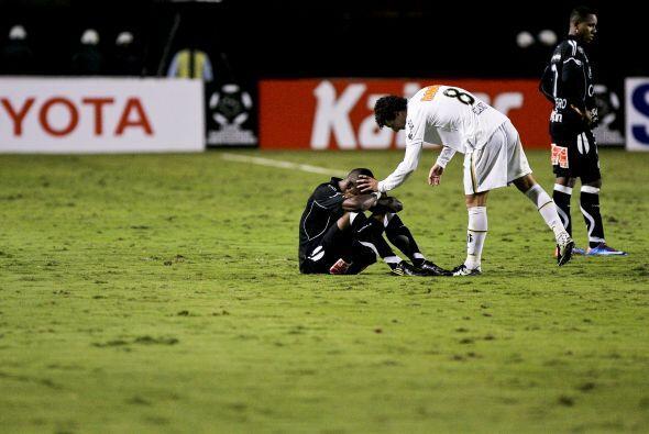 En el mismo partido, Leo del Santos saluda y le levanta el ánimo...