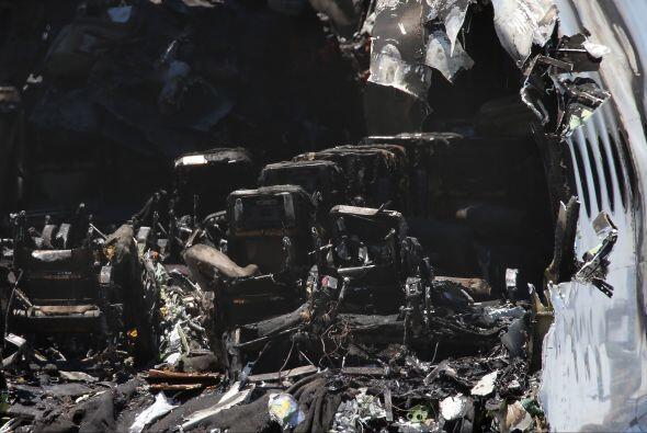 Cuadrillas trabajaron en recoger los restos del avión siniestrado el sáb...