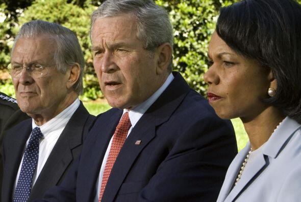 Junto con Donald Rumsfeld, secretario de Defensa, y Condoleeza Rice, sec...
