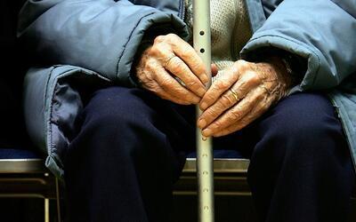 Anciano terminó en el hospital tras ser brutalmente golpeado por cuatro...