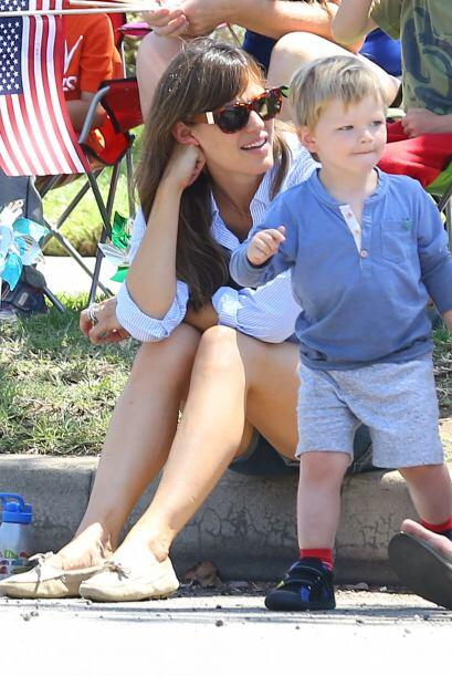 El pequeño Samuel se ve adorable con su camisa tipo polo y sus tenis, un...