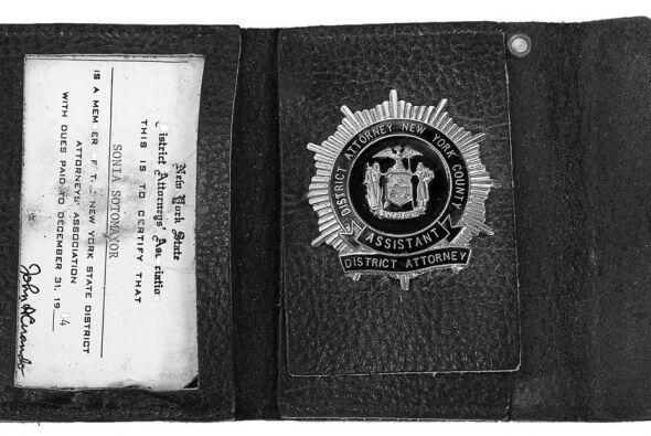Placa o credencial de Sonia Sotomayor como Fiscal Auxiliar de Distrito,...