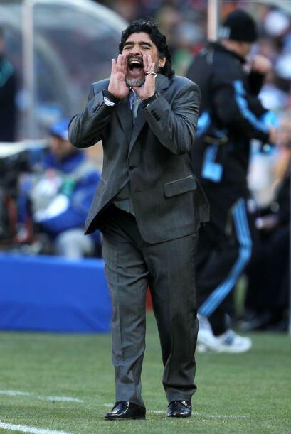 Cada jugada es vital para Maradona, quien seguramente preferiría...