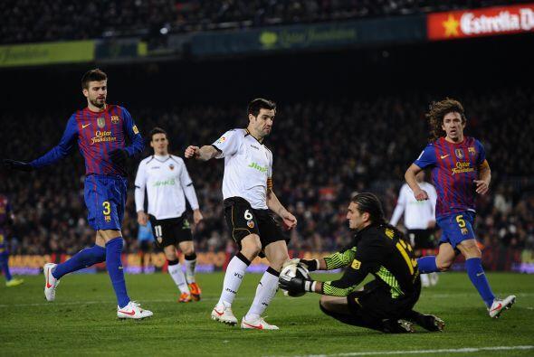 El portero Pinto tuvo que mostrar sus reflejos para evitar la caída de s...