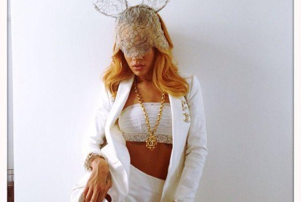 """Rihanna compartió esta sensual imagen con el siguiente mensaje: """"Todos d..."""