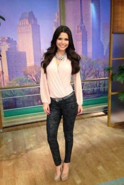 Marzo 19, 2014: Blusa color rosa pálido, pantalón estampado y accesorios...