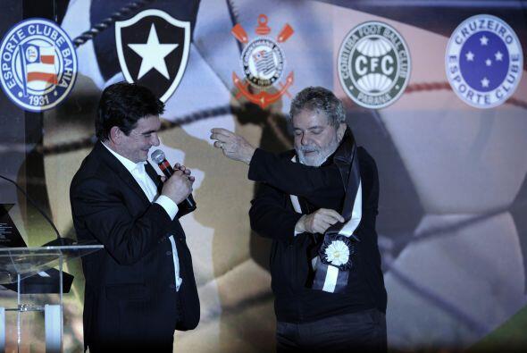 El máximo dirigente del Corinthians, Andrés Sánchez, invistió a Lula con...