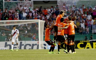 Chiapas festejando uno de sus goles ante Chivas.