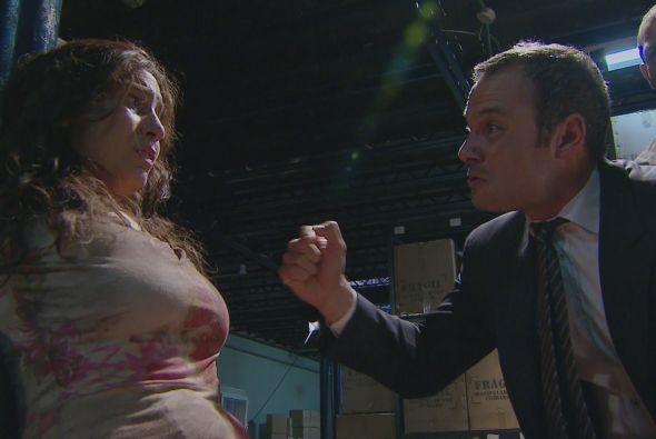 Mientras tanto, el señor Restrepo secuestra a la mamá de Griselda para h...