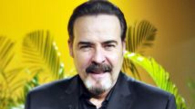 César Évora es Dionisio en la telenovela Amor Bravío.