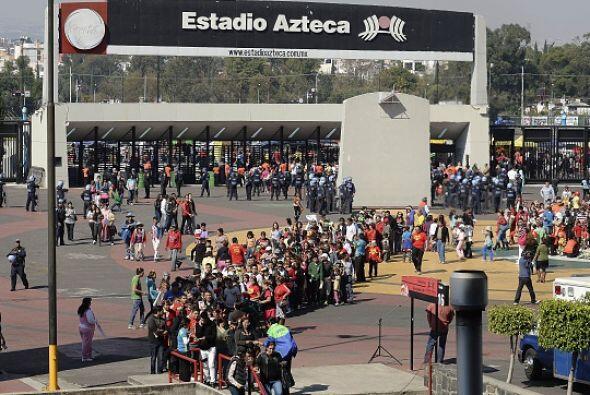 Filas y filas para poder entrar al Estadio Azteca.