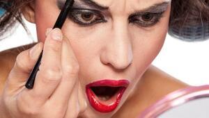 La nueva tendencia de maquillaje consiste en aplicar 100 capas de maquil...