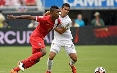 Roderick Miller, de la selección de Panamá, trata de dribl...