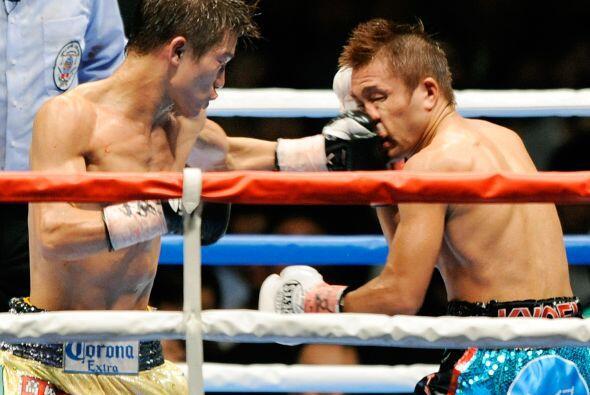 El japonés Daiki Kameda (amarillo) ganó por decisió...
