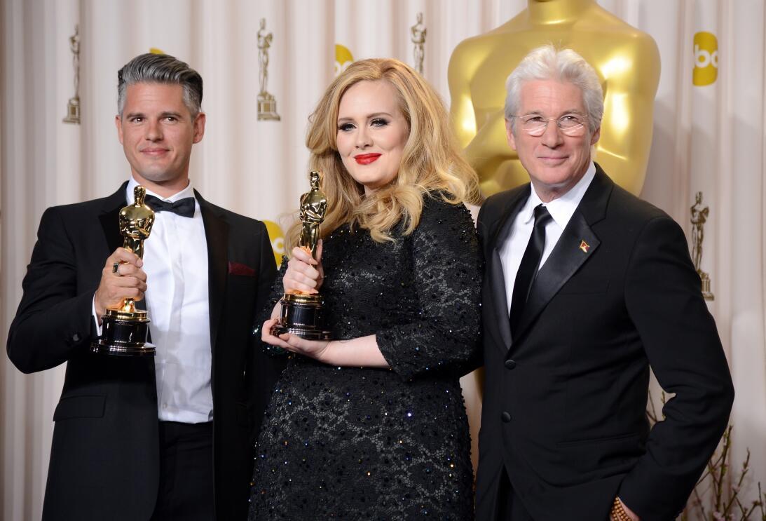 Después de entregarle el Oscar a Mejor Canción a Adele y P...