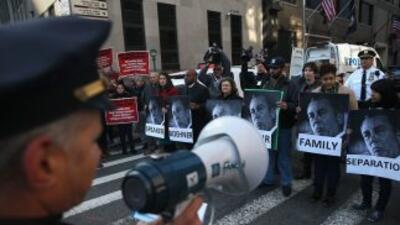 Formaban parte de un grupo de activistas que se manifestaron frente a la...