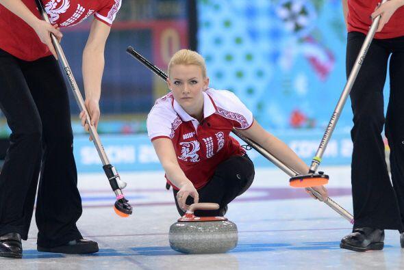 Pero las atletas rusas también entran a la batalla, con Alexandra Saitov...