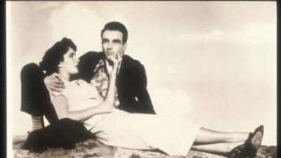 Elizabeth Taylor posa con Montgomery Clift en una escena de la película...