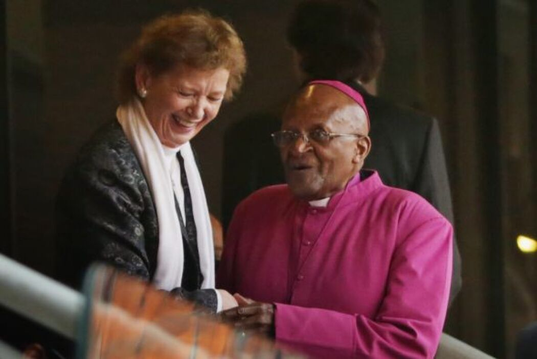 La expresidenta de Irlanda, Mary Robinson, se acompaña del arzobispo emé...