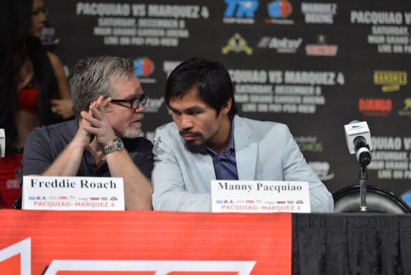 Pacquiao escuchó atento a Roach durante la conferencia.