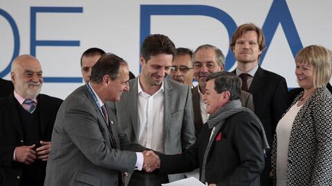 El  jefe negociador del gobierno de Colombia, Juan Camilo Restrepo (i) y...