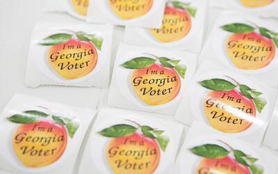 La icónica pegatina de los votantes en Georgia, quienes han peleado como...