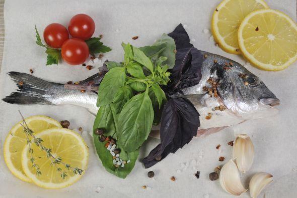 Puedes preparar un rico pescado a la parrilla o a las brasas en papel al...