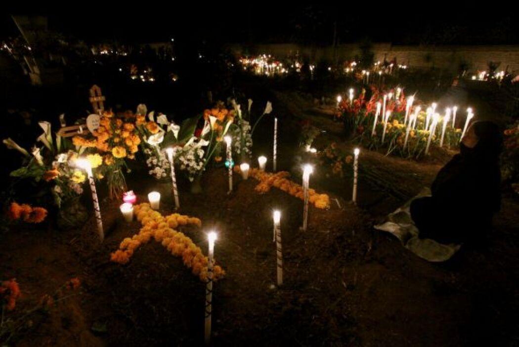 La noche entre el 1 y 2 de noviembre las veladoras inundan los cementeri...