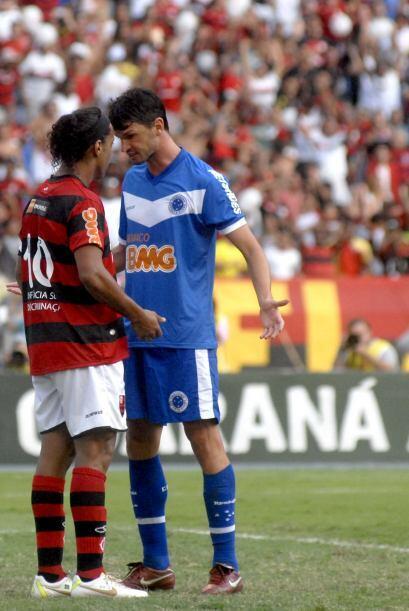 ´Que le pasa a voce...´ le pregunta Ronaldinho a un defensor del Cruzeir...