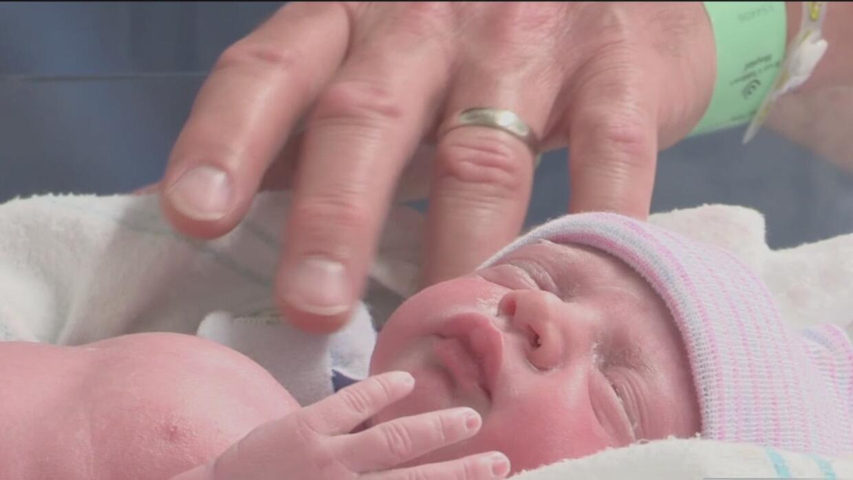 Una bebé en Houston desafía a la naturaleza al 'nacer dos veces'