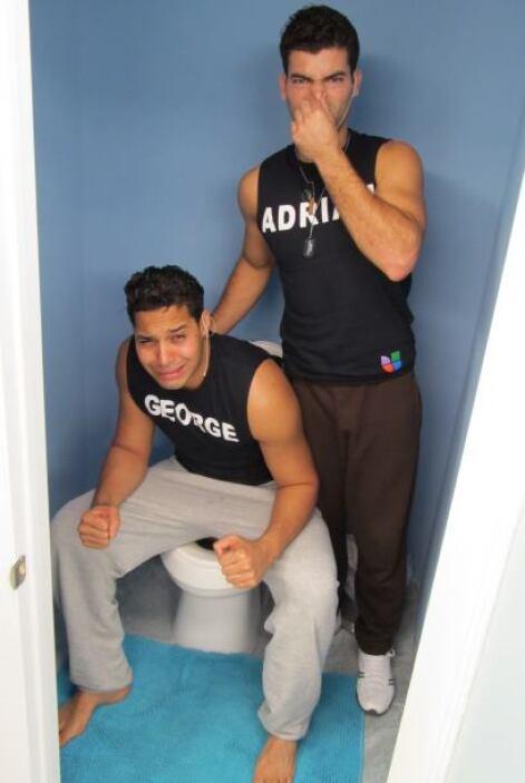 George y Adrián escogieron el baño para esta sesión fotográfica.